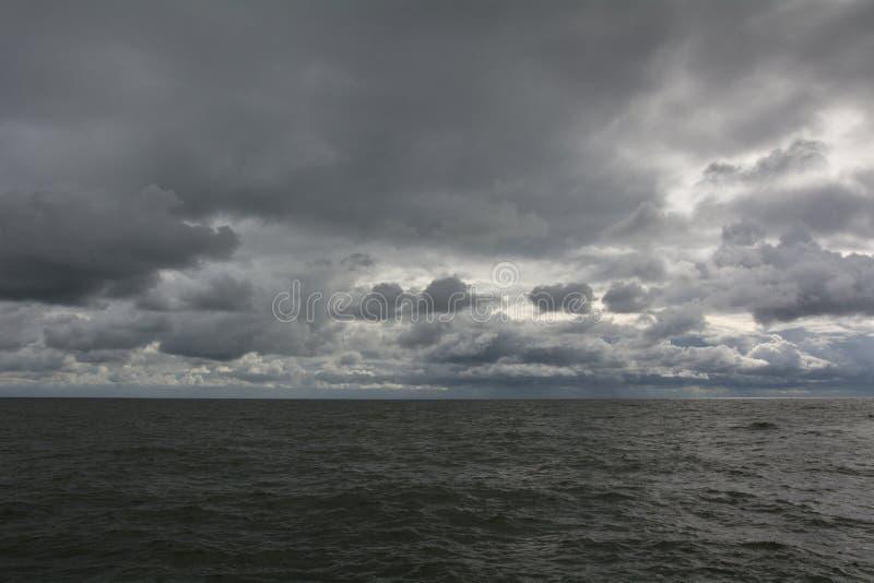 Panorama de ondas escuras do céu e do mar fotos de stock royalty free