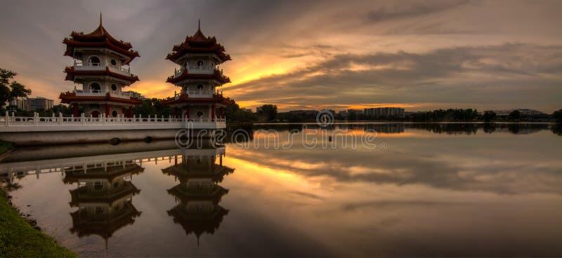 Panorama de oro de la puesta del sol de la torre gemela foto de archivo