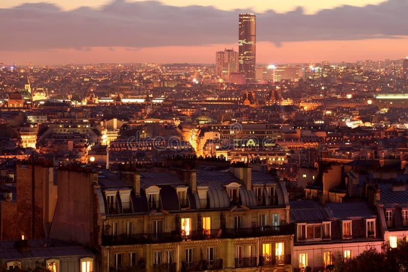 Panorama de París por la opinión de Sacrecoeur de la noche foto de archivo libre de regalías