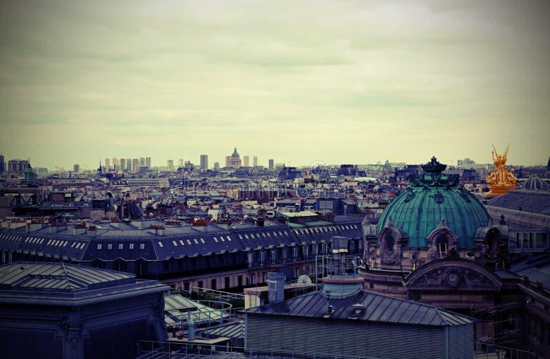 panorama de Paris em França e no telhado do teatro da ópera com foto de stock royalty free