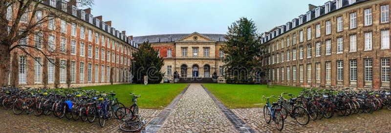 Panorama de Pauscollege ou faculdade de Pope's em Lovaina, Blegium, fundado em 1523 para estudantes da teologia fotos de stock