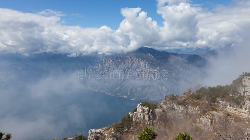 Panorama de paysage avec des nuages sur un fond de montagnes région au-dessus garda de lac, Vénétie, Italie photo libre de droits