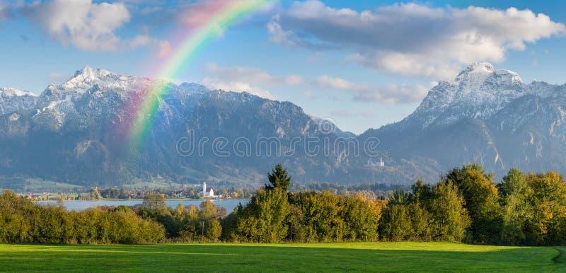 Panorama de paysage avec l'arc-en-ciel et les montagnes photographie stock libre de droits