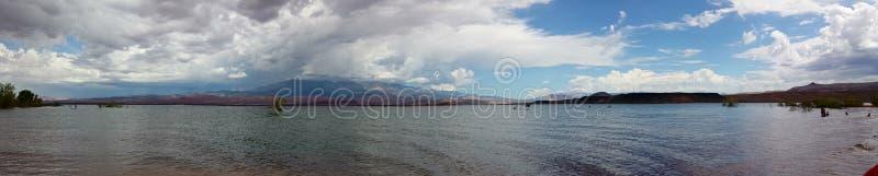 Panorama de paysage des collines de grès de Redrock autour d'un réservoir avec les nuages dramatiques images libres de droits