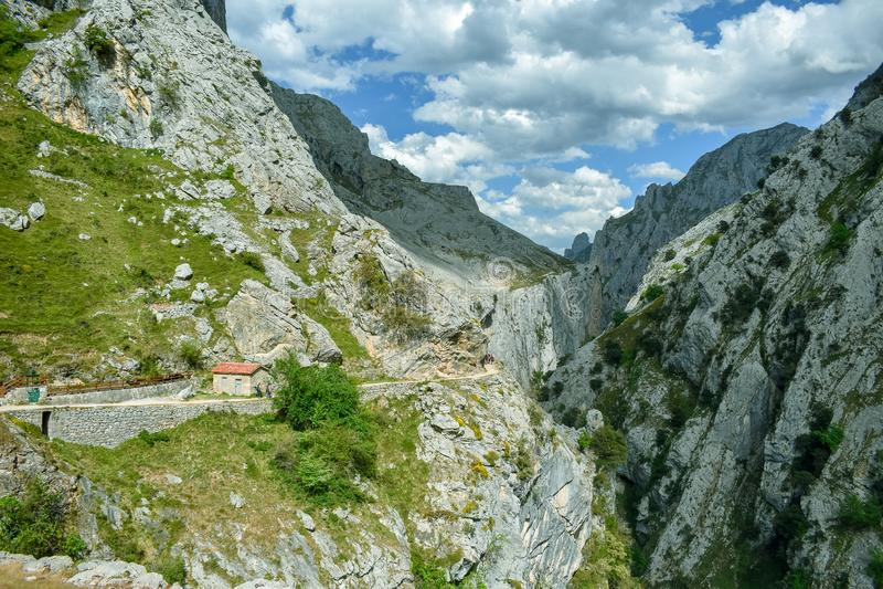Panorama de paysage de montagne dans l'itinéraire de trekking de soins, Asturies photographie stock libre de droits