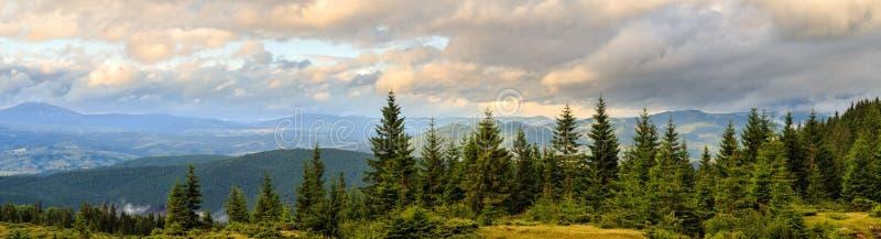 Panorama de paysage pittoresque de montagnes carpathiennes Arête de Chornogora, Ukraine image stock