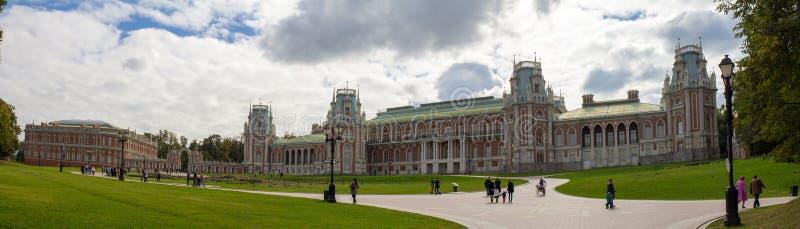 Panorama de pelouse entouré par des arbres devant le palais en parc de Moscou Automne Russie photographie stock