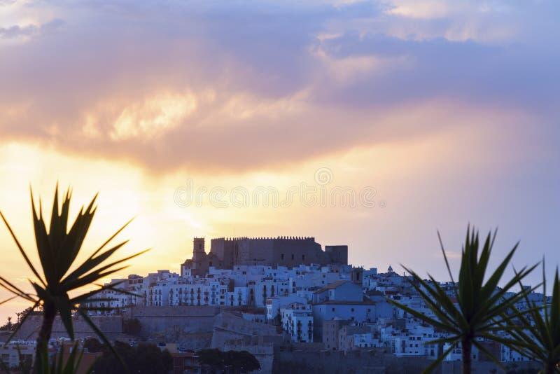 Panorama de Peniscola en la salida del sol imagenes de archivo