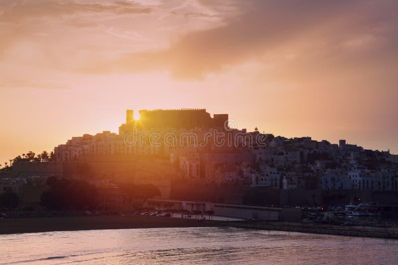 Panorama de Peniscola en la salida del sol foto de archivo