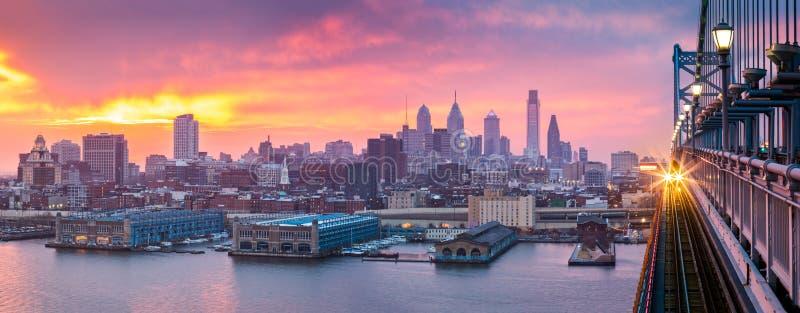 Panorama de Philadelphie sous un coucher du soleil pourpre flou photographie stock libre de droits