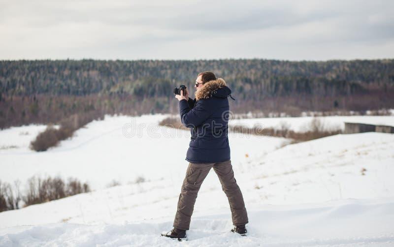 Panorama de photographie de forêt d'hiver de photographe en plaine accidentée images stock