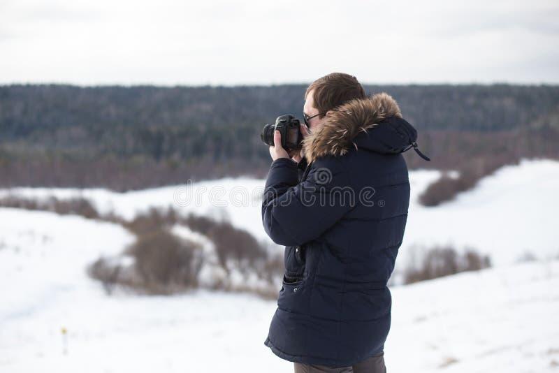 Panorama de photographie de forêt d'hiver de photographe en plaine accidentée photos stock