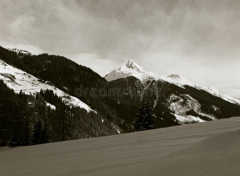 panorama de picos alpinos na neve fresca imagem de stock