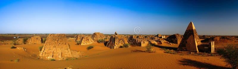Panorama de pirâmides de Meroe no deserto Sudão, foto de stock