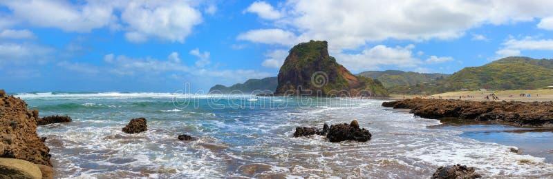 Panorama de plage et de Lion Rock de Piha, région d'Auckland, Nouvelle-Zélande image stock