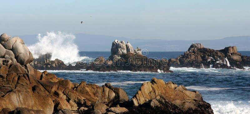 Panorama de plage rocheuse photographie stock libre de droits