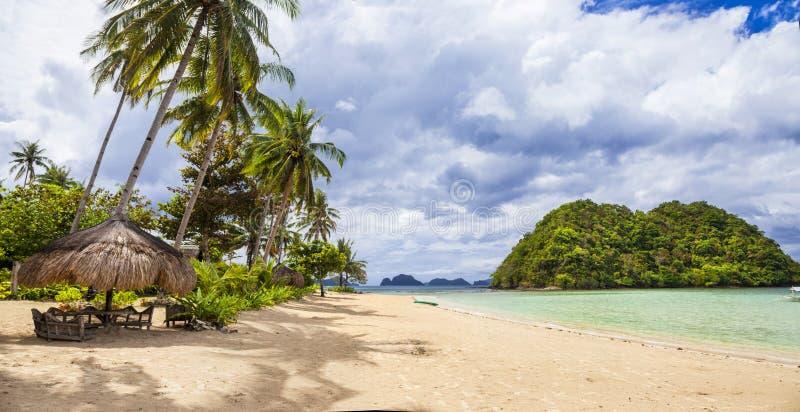 Panorama de plage tropicale tranquille photographie stock libre de droits