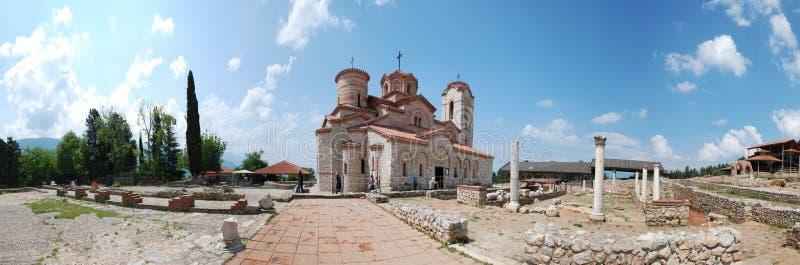 Panorama de Plaosnik e de igreja de St Clement s - St Panteleimon, Ohrid, Macedônia fotos de stock royalty free