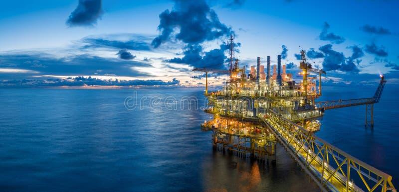 Panorama de plate-forme de traitement centrale de pétrole et de gaz dans des affaires de crépuscule, de puissance et d'énergie photographie stock libre de droits