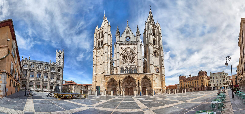 Panorama de Plaza de Regla y de Leon Cathedral, España foto de archivo libre de regalías