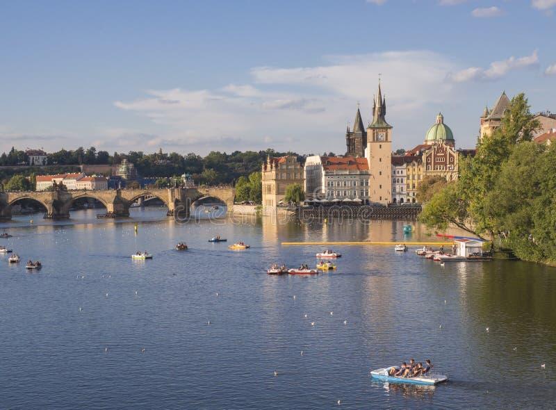 Panorama de pont de Charles au-dessus de rivière de Vltava et de maisons de vieille ville, Prague, République Tchèque, lumière d' images libres de droits