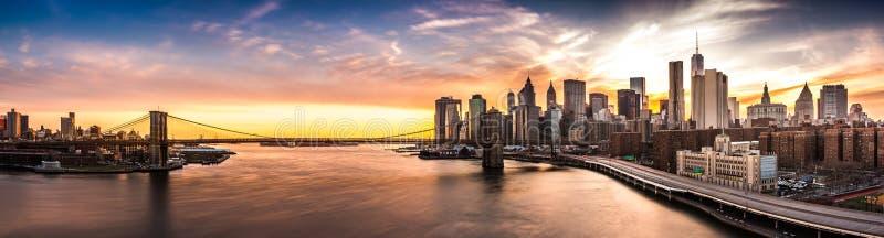Panorama de pont de Brooklyn au coucher du soleil image stock