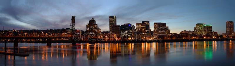 Panorama de Portland Oregon en la oscuridad. imágenes de archivo libres de regalías