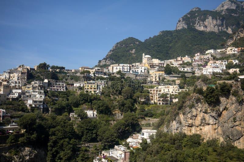 Panorama de Positano com as casas que escalam acima o monte, Campania foto de stock royalty free
