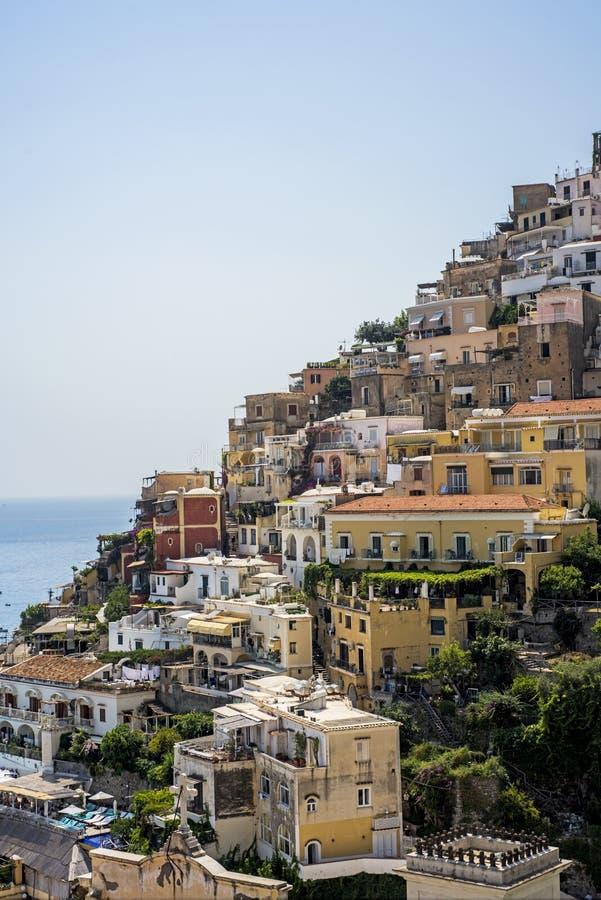 Panorama de Positano com as casas que escalam acima o monte, Campania, It?lia imagem de stock royalty free