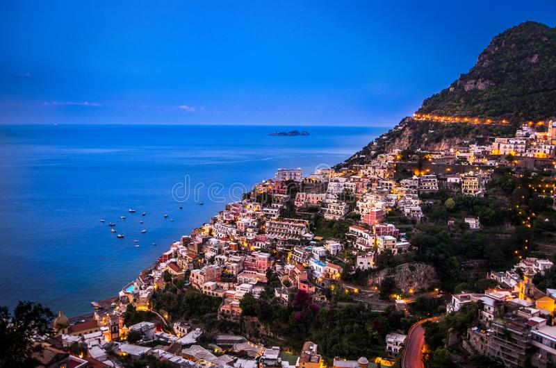 Panorama de Positano, costa durante a hora azul após o por do sol, Positano de Amalfi, Itália fotos de stock royalty free