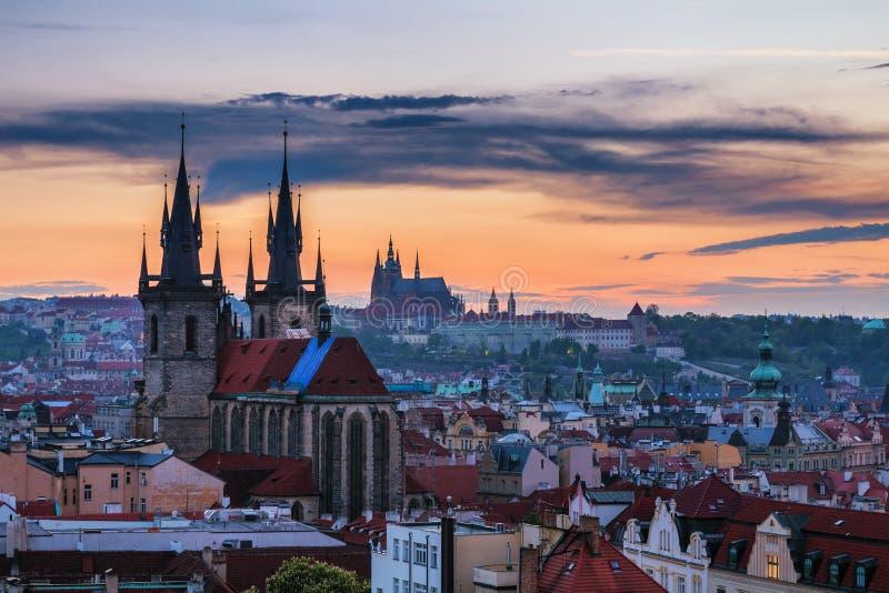 Panorama de Praga com os telhados vermelhos de cima do dia de verão no crepúsculo, imagens de stock royalty free