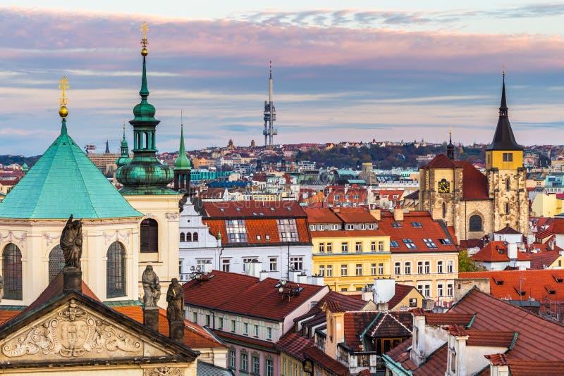 Panorama de Praga com os telhados vermelhos de cima do dia de verão no crepúsculo, República Checa imagem de stock