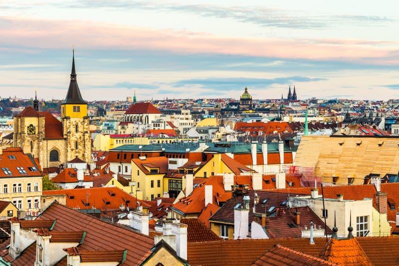 Panorama de Praga con los tejados rojos desde arriba del día de verano en la oscuridad, República Checa foto de archivo
