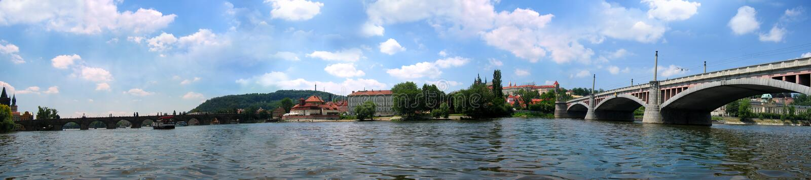 Panorama de Praga do rio fotografia de stock