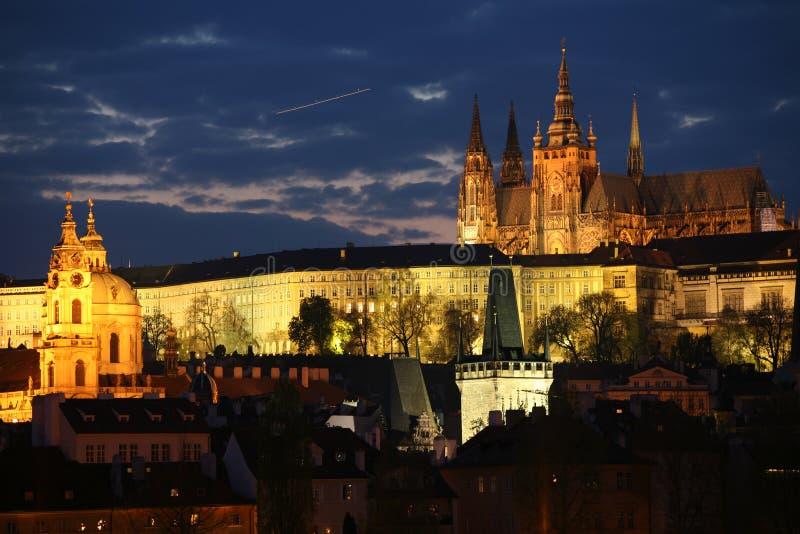 Panorama de Praga na noite fotos de stock royalty free