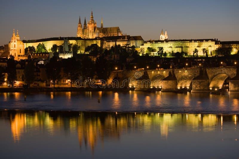 Panorama de Praga na noite imagens de stock
