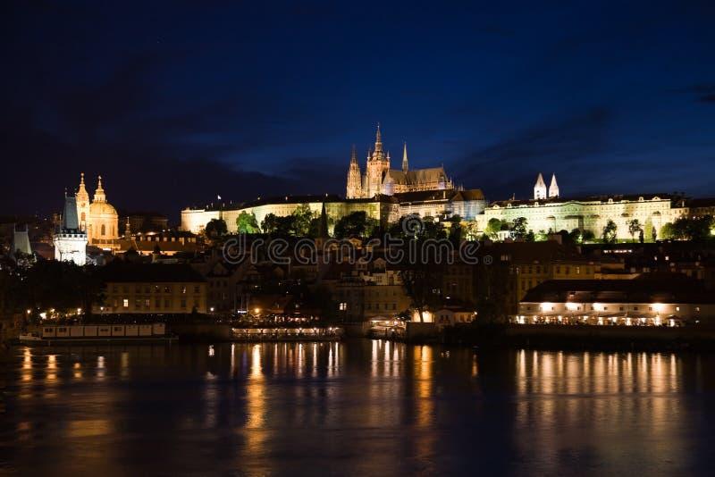 Panorama de Praga na noite imagem de stock