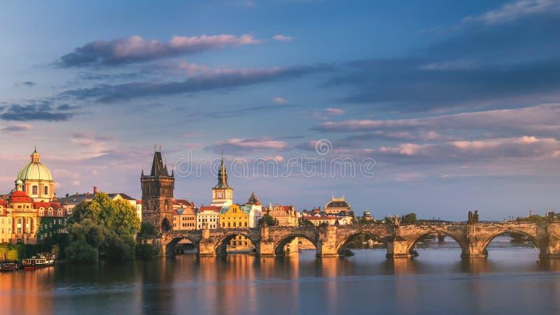 Panorama de Praga, República Checa com Charles Bridge histórico e imagem de stock