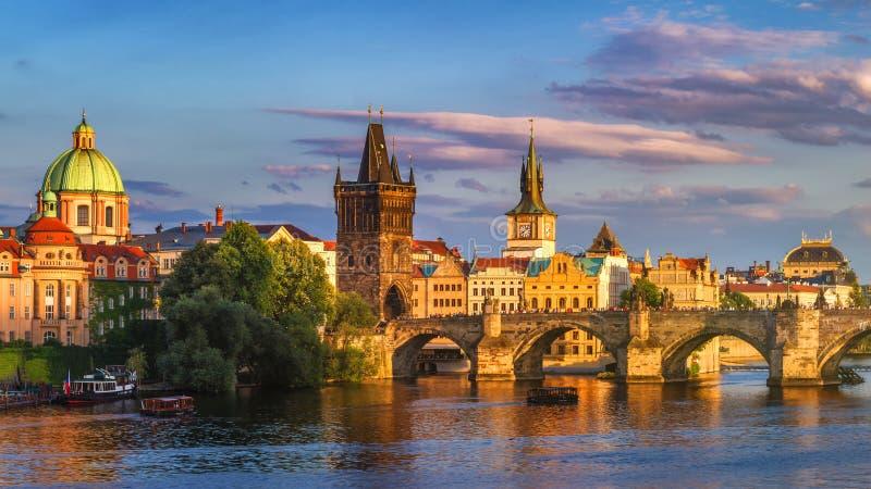Panorama de Praga, República Checa com Charles Bridge histórico e fotografia de stock