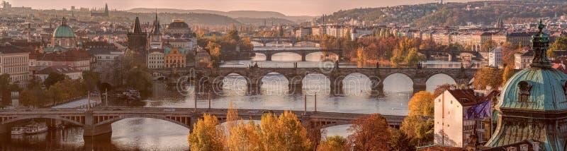 Panorama de Prague avec des ponts sur la rivière Vltava images libres de droits