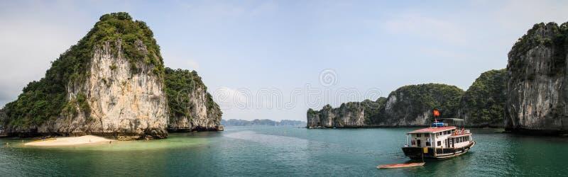Panorama de praias da baía de Halong e de barcos, Quang Ninh Province, Vietname foto de stock royalty free