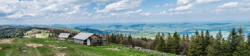 Panorama de pueblos de montaña en los Cárpatos imagen de archivo