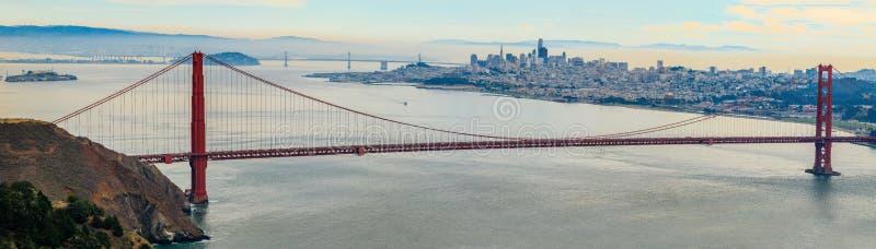 Panorama de puente Golden Gate con el horizonte de San Francisco adentro imagen de archivo
