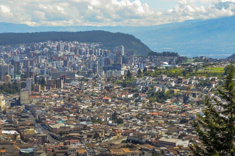 Panorama de Quito - l'Equateur comme vu du Panecillo, une colline 200 à hauteur de mètre de volcanique-origine image stock