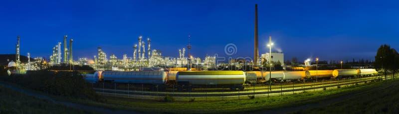 Panorama de raffinerie la nuit photographie stock libre de droits