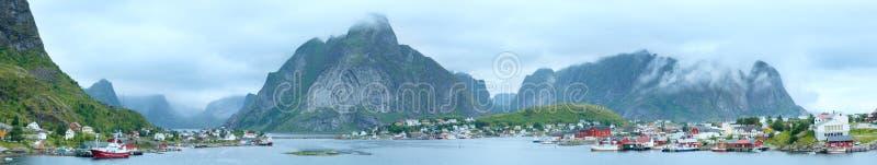 Panorama de Reine da vila do verão (Lofoten, Noruega) fotos de stock