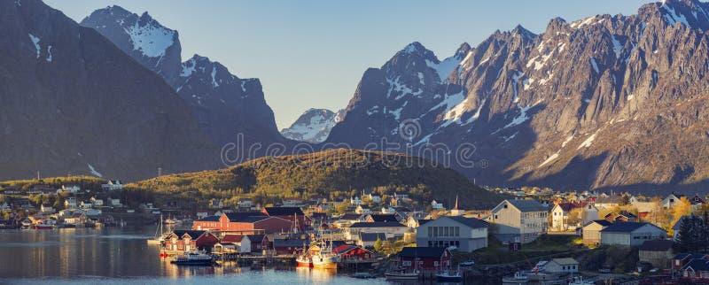 Panorama de Reine Village nas ilhas de Lofoten, Noruega fotografia de stock