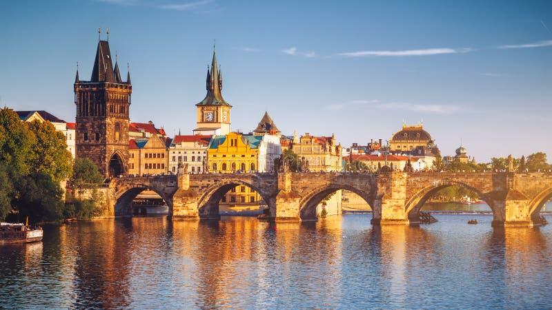 Panorama de República Checa, Praga com Charles Bridge histórico e imagens de stock royalty free