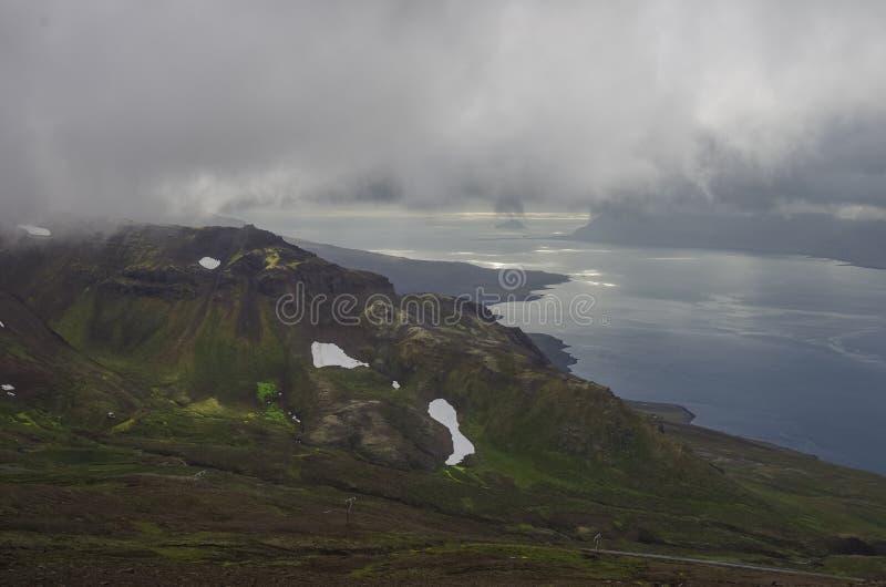 Panorama de Reydarfjordur, el fiordo más grande Islandia del este Ver imágenes de archivo libres de regalías