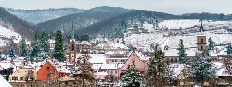 Panorama de Ribeauville, uma cidade no departamento de Haut-Rhin de França fotografia de stock